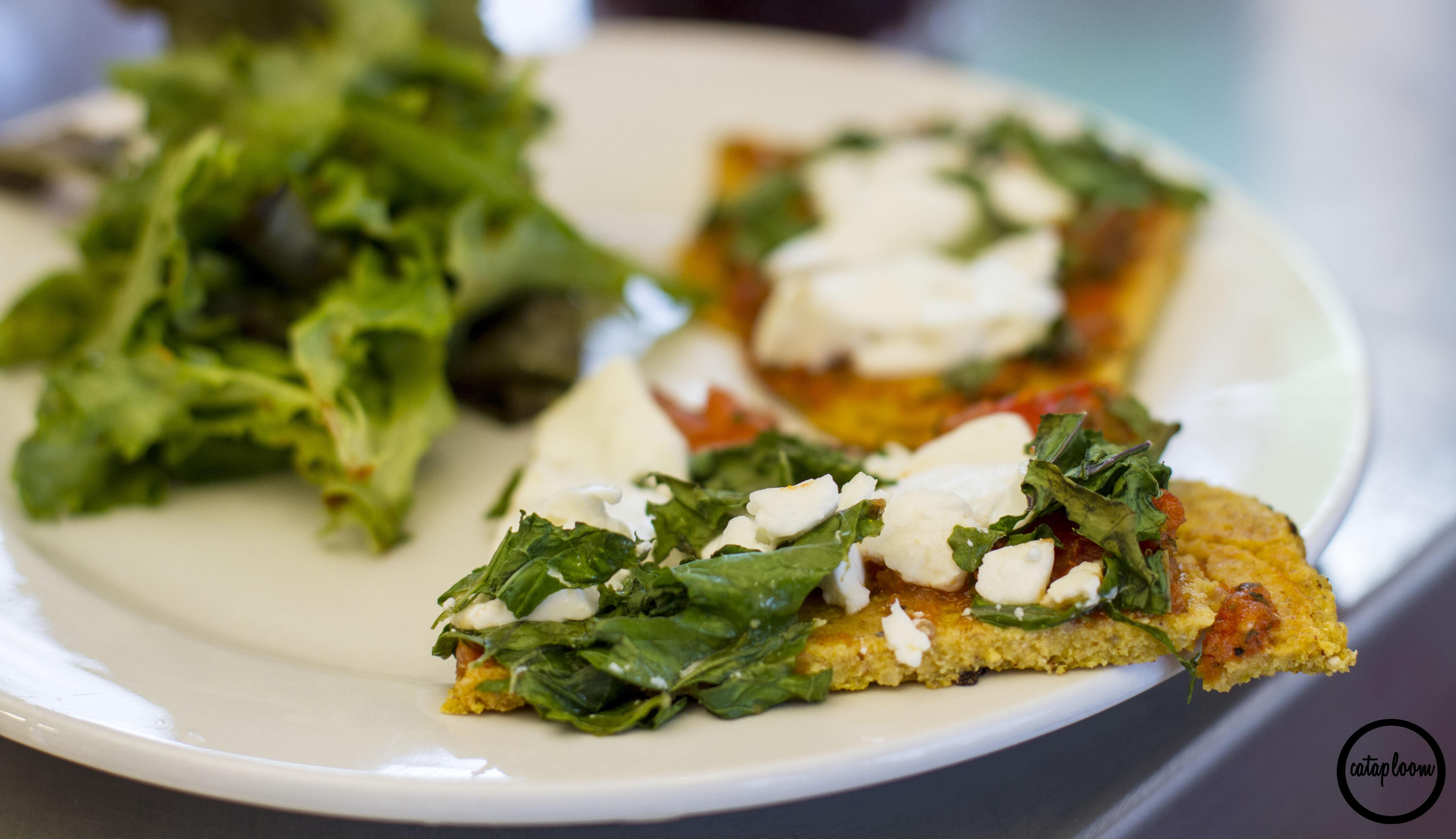 Pizza de quinoa kale y queso de cabra for Cocinar kale sarten